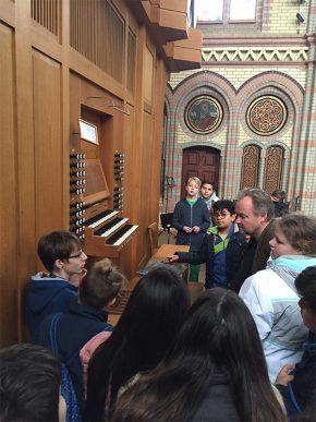 Sechstklässler zu Besuch in der evangelischen Johanniskirche