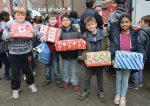 Katholische Bonifatiusschule belädt Weihnachtspäckchenkonvoi