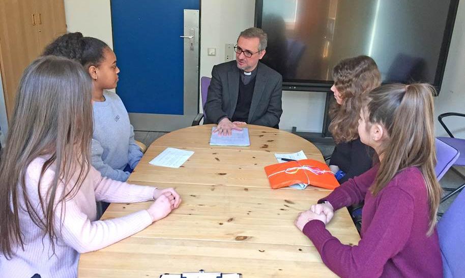 Erzbischof Heße im Gespräch und Altonaer Schülern