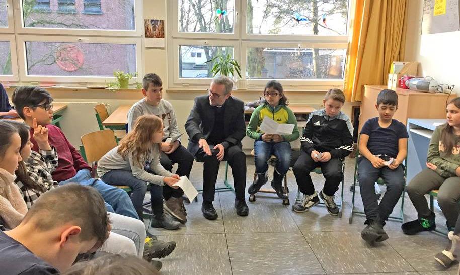 Erzbischof Heße im Gespräch mit Altonaer Schülern
