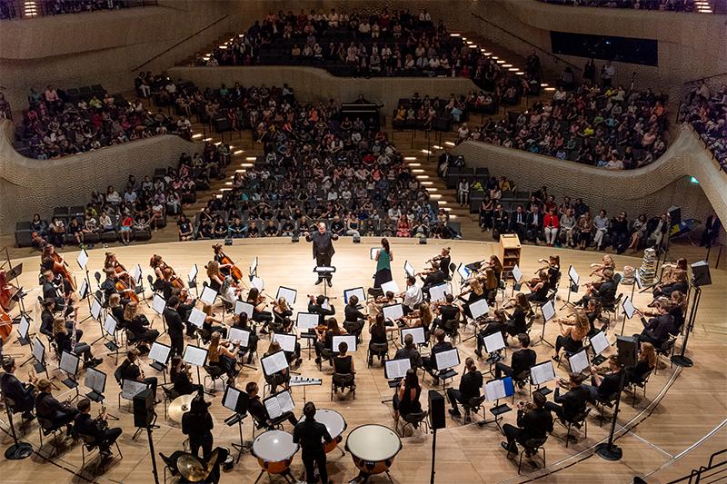 Hamburger Grundschüler lesen sich auf Elbphilharmonie - Foto 2
