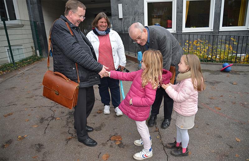 Weihbischof Eberlein besucht Katholische Schule Hochallee