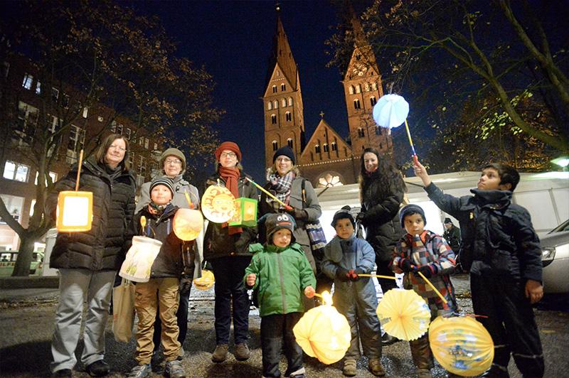 Reiter, Spielmannszüge & Laternen: Tausende Grundschüler feiern St. Martin