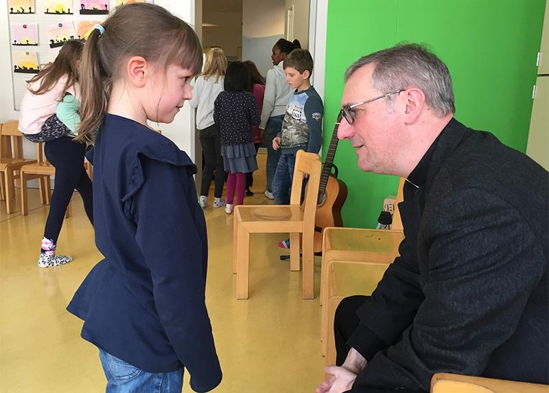 Erzbischof Stefan Heße im Gespräch mit Schülern und Lehrern der Katholischen Schule Wandsbek.