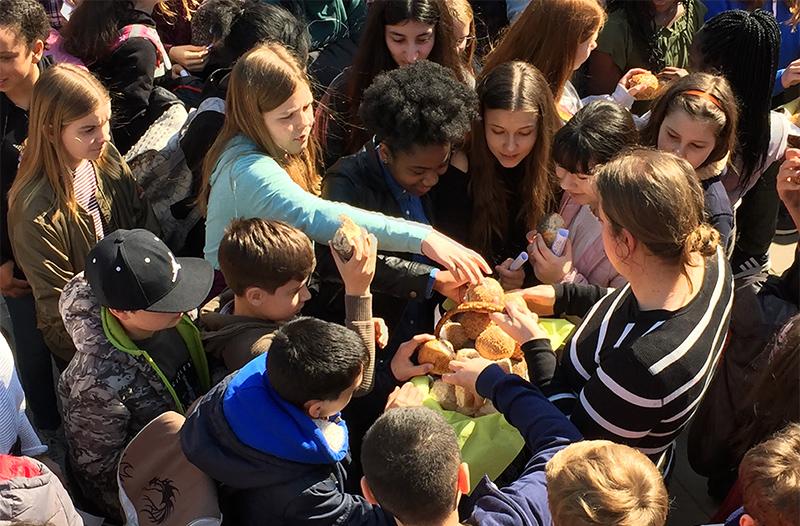 Gründonnerstag an der Sankt-Ansgar-Schule: Brotteilung auf dem Pausenhof