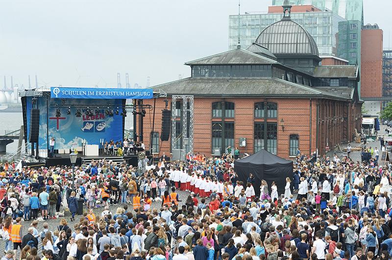 Tausende Schüler feiern Fronleichnamsgottesdienst mit Erzbischof Heße auf dem Hamburger Fischmarkt