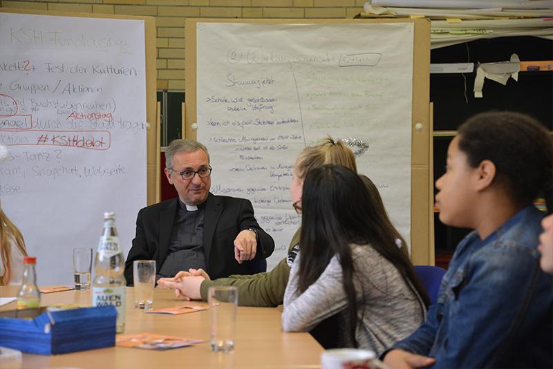 """""""Ihr seid die besten Werbeträger für Eure Schule!"""" – Erzbischof Heße besucht Fundraising-AG der Katholischen Schule Harburg"""