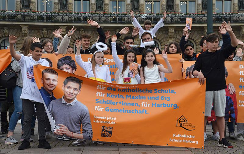 """""""Schutzengel gesucht"""": Harburger Schüler demonstrieren vor dem Rathaus für den Erhalt ihrer Katholischen Schule"""