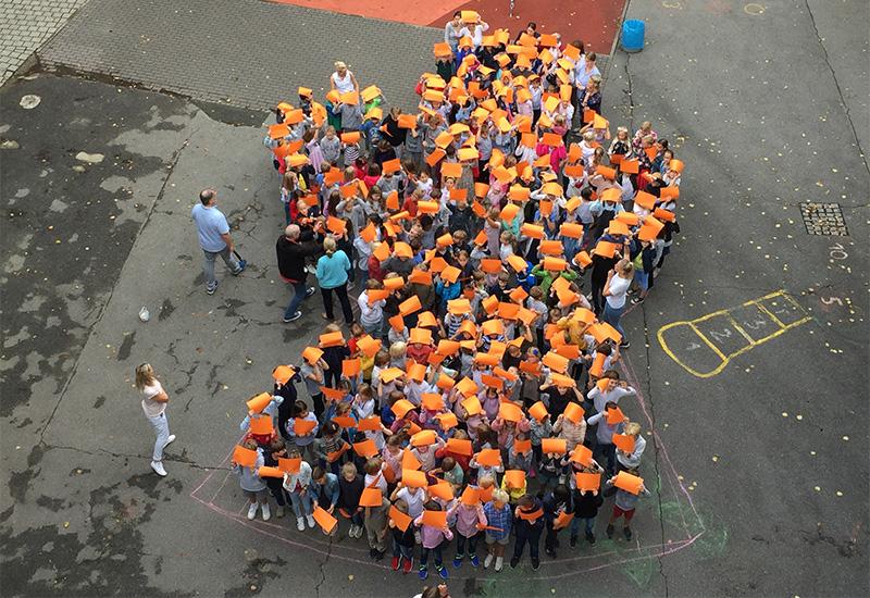 Katholische Schule Hochallee: Eindrucksvolles Solidaritätszeichen für Harburg und Barmbek