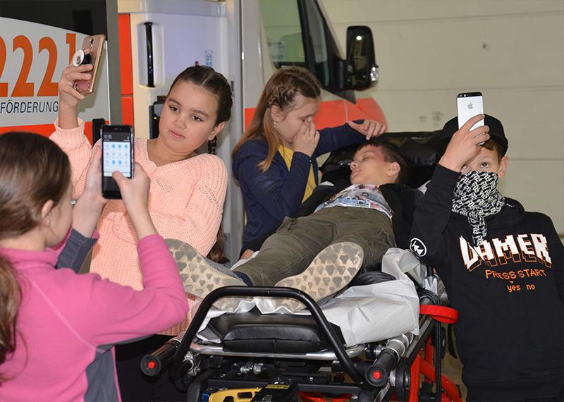 Selfies und Barmherzigkeit: Fotoshooting im Malteser-Rettungswagen